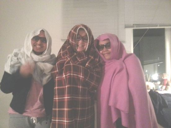 Saya: kita foto ala kedinginan yuk! Mira: *langsung ambil selimut dan pose* Kiki: *manyun* harus yaa..  Hahaha
